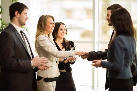 negociacion: socios de negocios reuni�n de negocios en la oficina