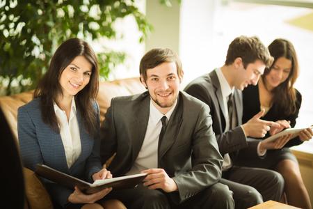 entrevista de trabajo: negocio exitoso equipo de trabajo con documentos en la oficina