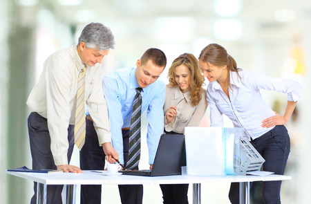 reunion de trabajo: Grupo de hombres de negocios de la conclusión de la transacción.