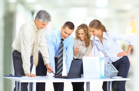 Gruppe von Geschäftsleuten der Abschluss der Transaktion. Standard-Bild - 50747694
