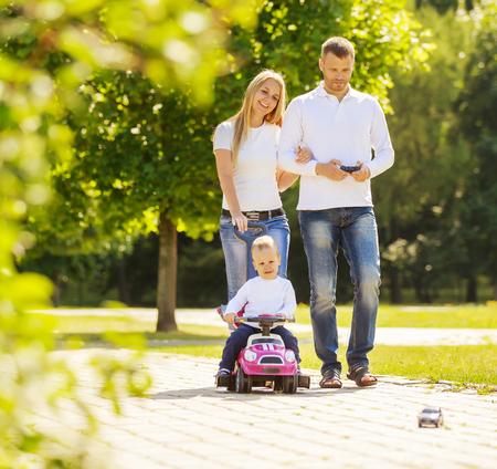 徒歩での幸せな家族。 写真素材