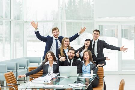 concetto di successo nel mondo degli affari - un team di professionisti è lieto dei risultati del lavoro congiunto
