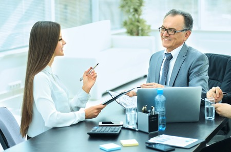 Zakelijke partners om samenwerkingsplan voor de werkplek te bespreken