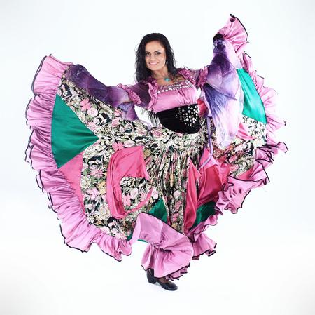 mooie vrouwen - zigeunermeisje voert de nationale dans.