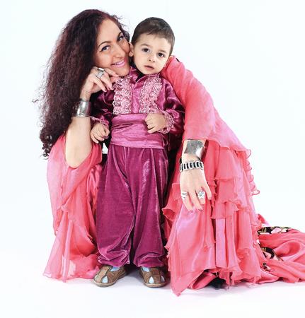 portret van een Roma-familie: gelukkige moeder en zoon in klederdracht