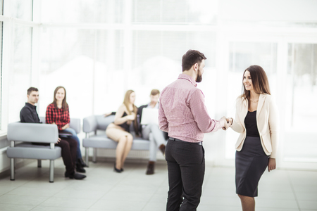 welcome and handshake of business partners in the lobby of the office Zdjęcie Seryjne