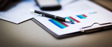 tablas financieras y gráficos sobre la mesa
