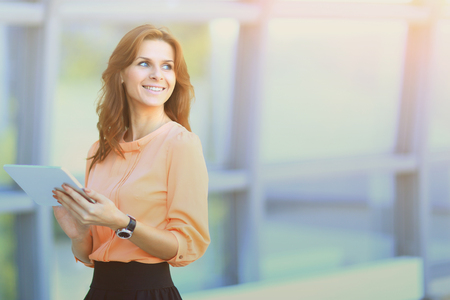 Bedrijfsvrouw die aan een digitale tablet in het bureau werken, enerzijds een plaats voor tekst en Publiciteit Stockfoto - 97347429