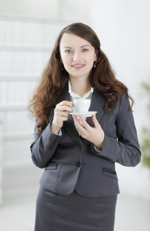 Primer plano.Mujer de negocios amigable con una taza de café. Foto de archivo