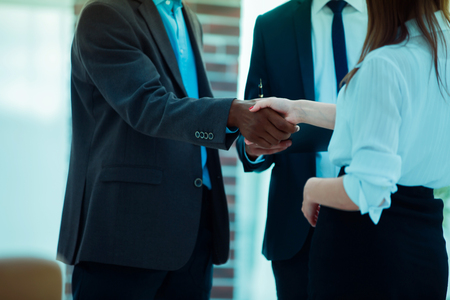 closeup .business handshake financial partners on the background of the office Foto de archivo