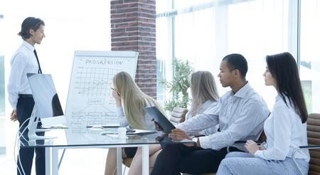 Squadra di affari professionale che discute un grafico finanziario