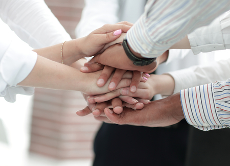 Gros plan de l'équipe commerciale mettant leurs mains les unes sur les autres