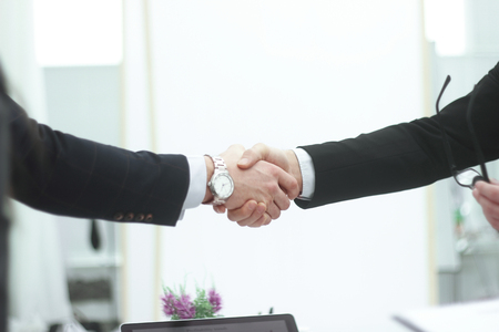 close up.business men shaking hands on blurred background office 免版税图像