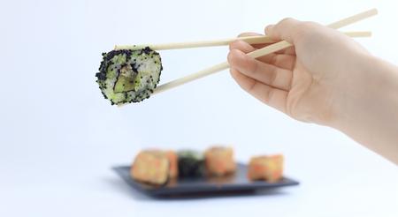 Rollos de sushi con palitos blancos. Cocina japonesa.
