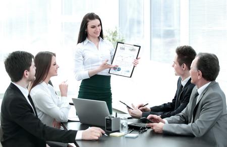 jeune femme d'affaires offrant de nouvelles idées pour une réunion d'affaires