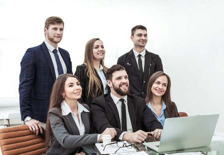 concept of teamwork - a successful business team in the workplace in the office Foto de archivo