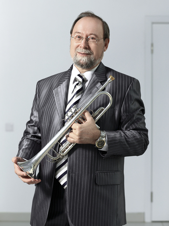 man in a gray suit with a trumpet Standard-Bild