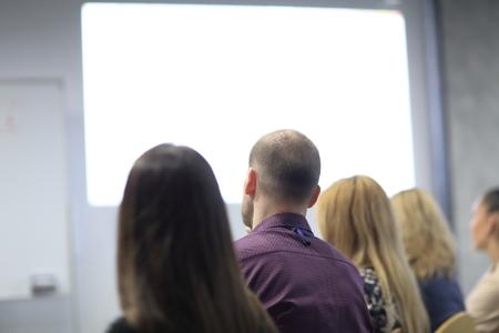 achteraanzicht.de achtergrondafbeelding van het publiek in de vergaderruimte