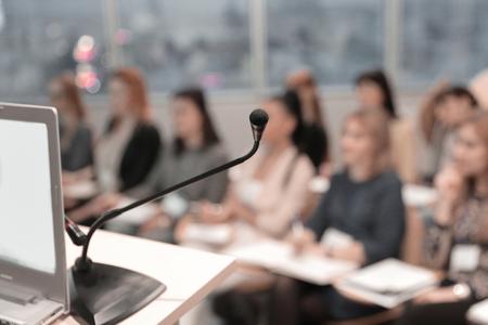 fond d'affaires. image floue du public dans la salle de conférence. Banque d'images