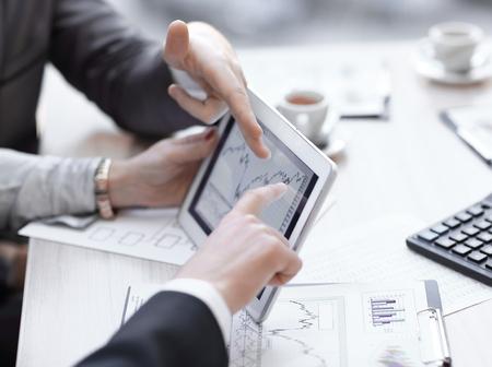 close-up. Bedrijfsadviseur die financiële cijfers analyseert die de voortgang in het bedrijf aangeven