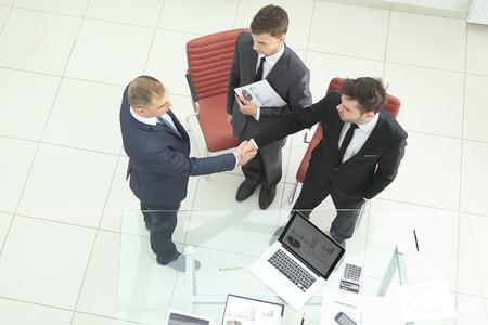 top view.handshake of financial partners before the business meeting Zdjęcie Seryjne