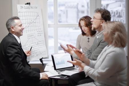 brawa partnerów biznesowych podczas prezentacji nowego projektu finansowego