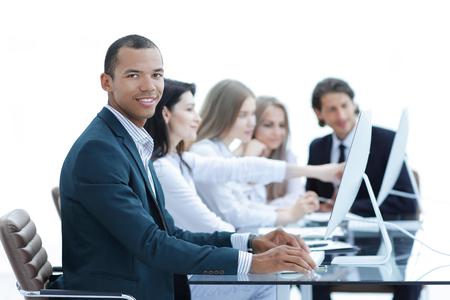 Geschäftsleute diskutieren auf dem Meeting aktuelle Themen im modernen Büro