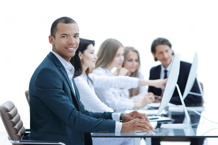 Gli uomini d'affari alla riunione discutono di problemi attuali nell'ufficio moderno