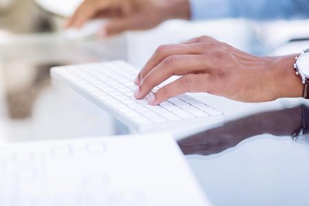 gros plan.homme d'affaires en tapant sur le clavier de l'ordinateur.photo avec copie espace.