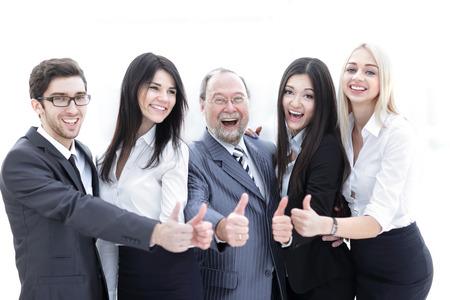 Primer jefe y equipo de negocios mostrando el pulgar hacia arriba.