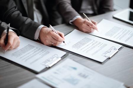 de cerca. los socios comerciales firman un nuevo contrato. Foto de archivo