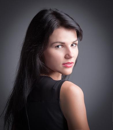 Stilvolle junge Frau, die Kamera betrachtet. Standard-Bild