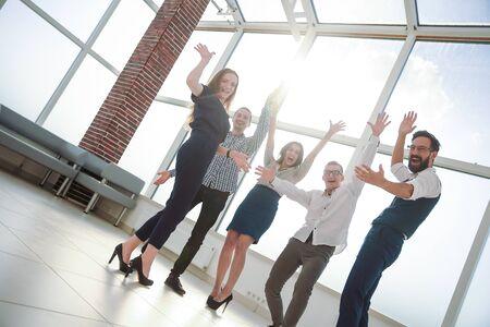 Juichend business team staat op kantoor