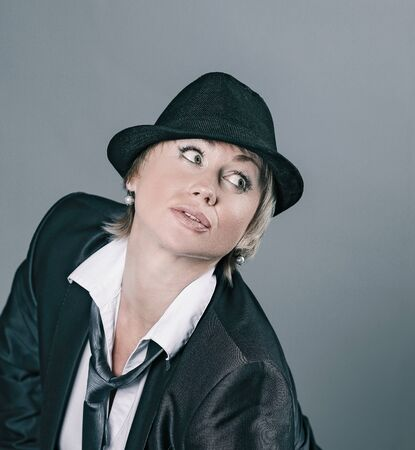 glamouröse Frau in einem Hosenanzug .isoliert auf grauem Hintergrund.