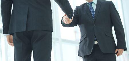 Primer plano del apretón de manos de dos empresarios vistiendo traje de negocios Foto de archivo
