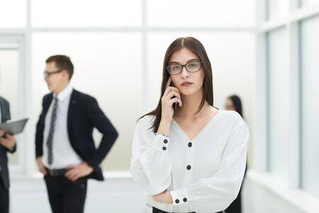 junge Geschäftsfrau, die auf Handy spricht