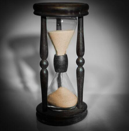reloj de arena sobre fondo oscuro el concepto de tiempo