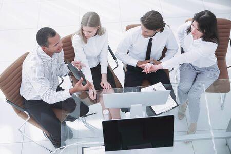 Equipo de negocios discutiendo un documento comercial. El concepto de negocio. Foto de archivo