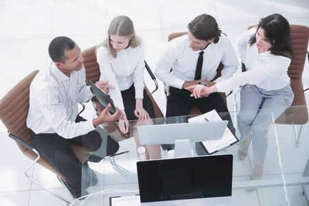 team aziendale che discute un documento aziendale.il concetto di business. Archivio Fotografico