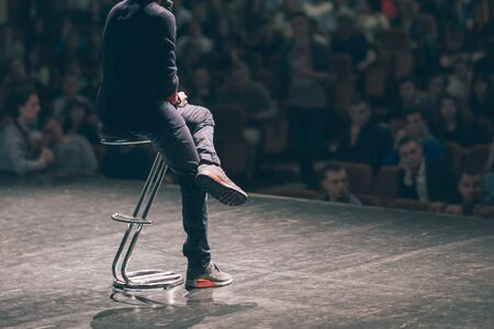 Business Coach liefert dem Publikum im Konferenzraum einen Bericht