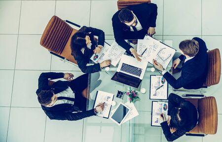 Geschäftsteam bespricht den Finanzplan des Unternehmens für einen Modus