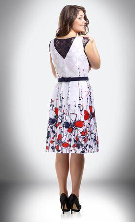 Rückansicht. lächelnde Frau im Sommer im stylischen Sommeroutfit