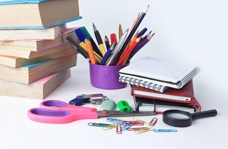 Abra el diario y los útiles escolares de colores sobre un fondo blanco.