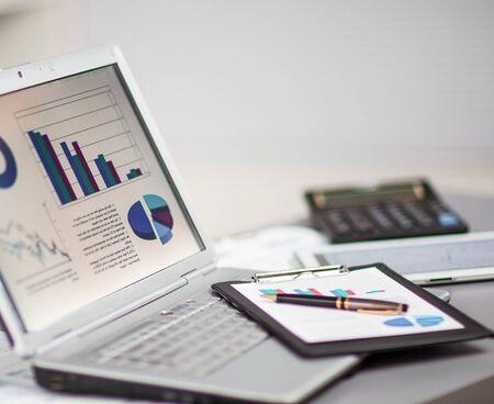 Geschäftsmann, der Investitionsdiagramme mit einem Laptop analysiert. Buchhaltung, aufsteigende Grafik auf dem Bildschirm