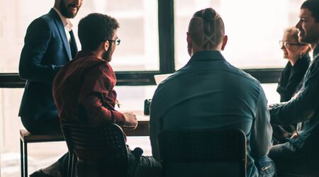 lluvia de ideas del equipo empresarial multinacional en el lugar de trabajo en un mes Foto de archivo