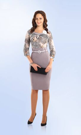en pleno crecimiento. exitosa mujer moderna en vestido elegante