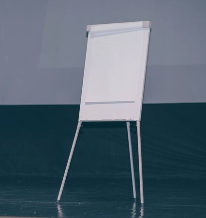 blank sheet on the flipchart in the conference hall Foto de archivo