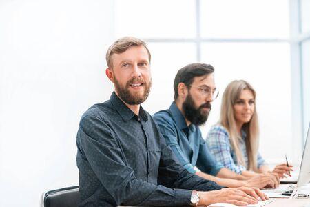 gruppo di specialisti nelle cuffie, che lavorano su computer.
