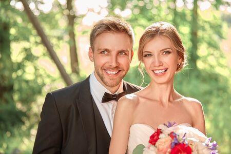fermer. beau portrait des jeunes mariés