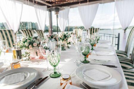 Nahansicht. Tisch für das Hochzeitsfest serviert.